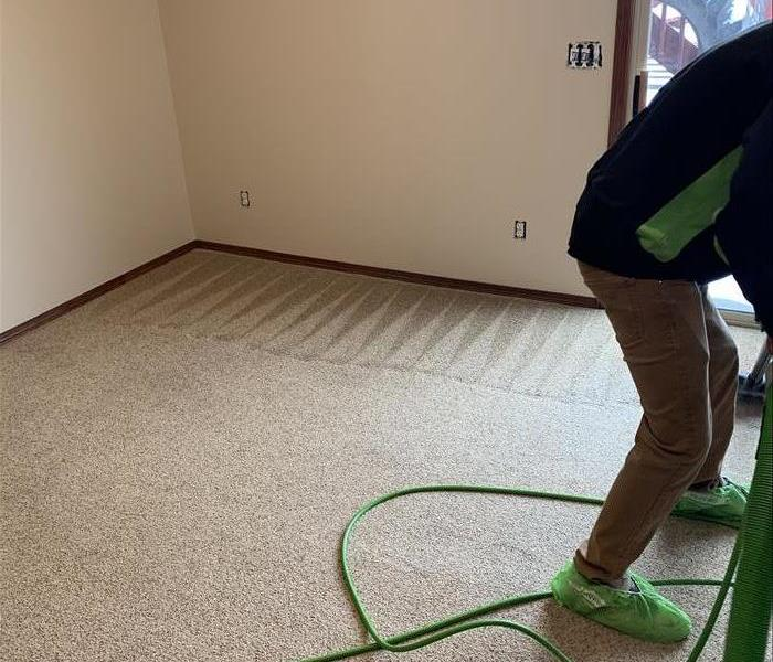 SERVPRO employee performing carpet cleaning in Sioux Falls home